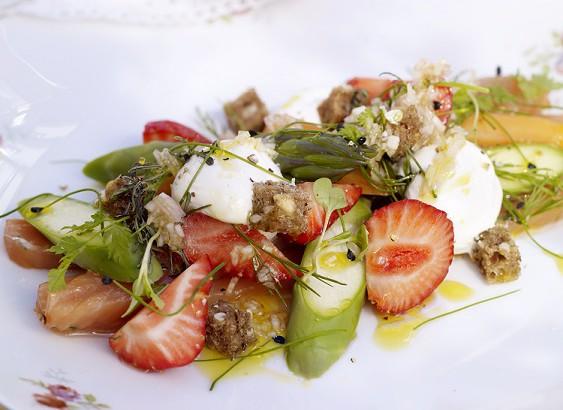 Gravad lax toppad med jordgubbar, limekräm och primörer