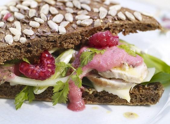 Kycklingsandwich med hallon och krusbärsketchup