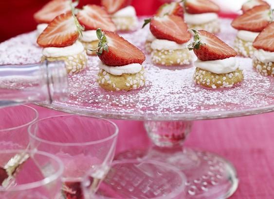 Vaniljkakor, punschkräm och jordgubbar