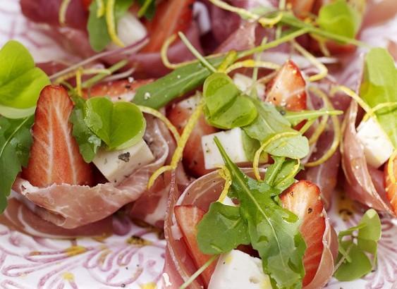 Lufttorkad skinka med jordgubbar och vit caprin