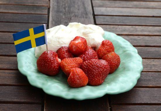 Hurra! Det är säsong för svenska jordgubbar.